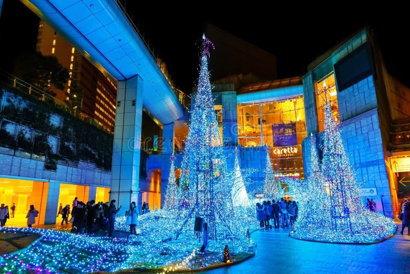 Las iluminaciones se encienden para arriba en la alameda de compras del Caretta en el distrito de Shiodome, Odaiba, Japón fotografía de archivo