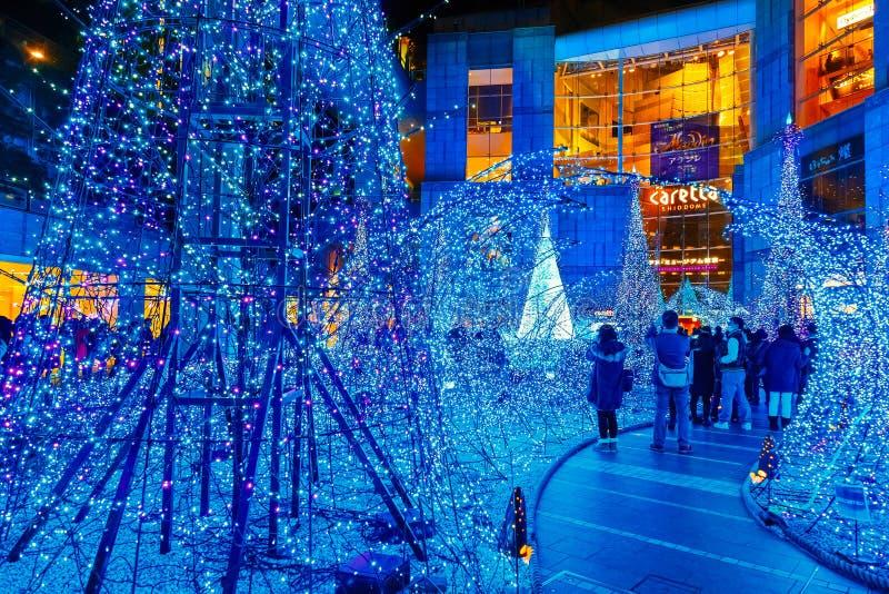 Las iluminaciones se encienden para arriba en la alameda de compras del Caretta en el distrito de Shiodome, Odaiba, Japón imagen de archivo libre de regalías