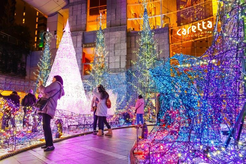 Las iluminaciones se encienden para arriba en la alameda de compras del Caretta en Odaiba, Tokio fotos de archivo