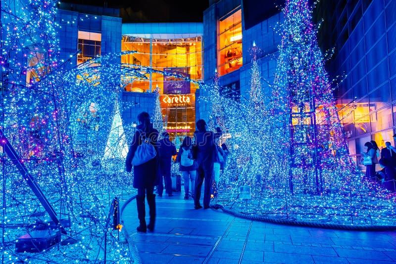 Las iluminaciones se encienden para arriba en la alameda de compras del Caretta en Odaiba, Tokio imágenes de archivo libres de regalías
