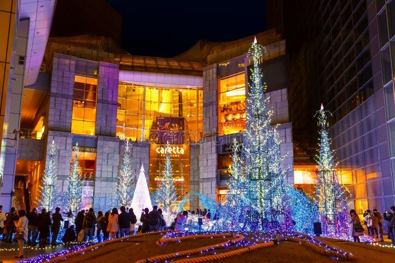 Las iluminaciones se encienden para arriba en la alameda de compras del Caretta en Odaiba, Tokio foto de archivo