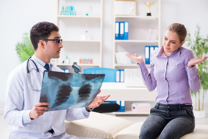Las imágenes de examen de la radiografía del doctor del paciente imagenes de archivo