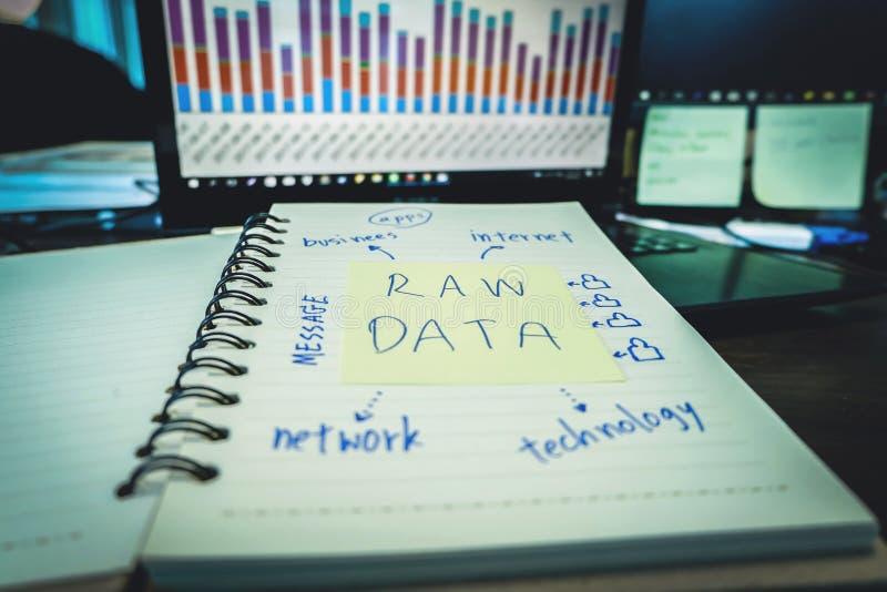 Las informaciones en bruto, gente de la tecnología de la información del negocio trabajan datos fotos de archivo