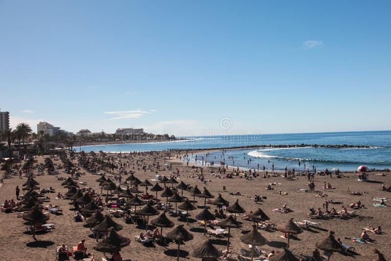 Las islas de Tenerife son un centro turístico para los turistas Costa del mar y de los hoteles en la playa fotografía de archivo libre de regalías
