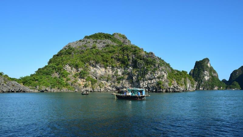 Las islas flotantes del pueblo y de la roca en Halong a?llan, Vietnam, Asia sudoriental Destinaci?n del recorrido fotos de archivo