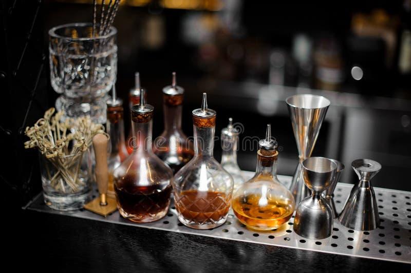 Las jarras con las bebidas alcohólicas se colocan en el contador de la barra fotos de archivo