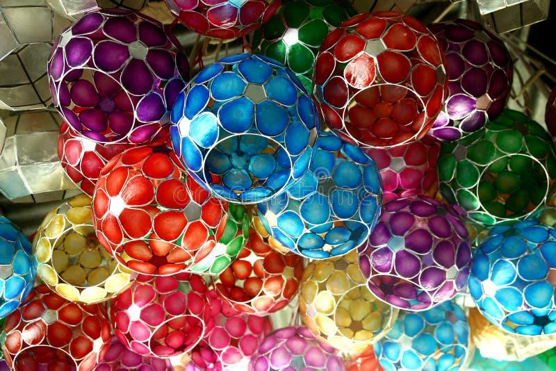 Las lámparas de la cáscara de Capiz vendieron en una tienda en las Filipinas fotos de archivo