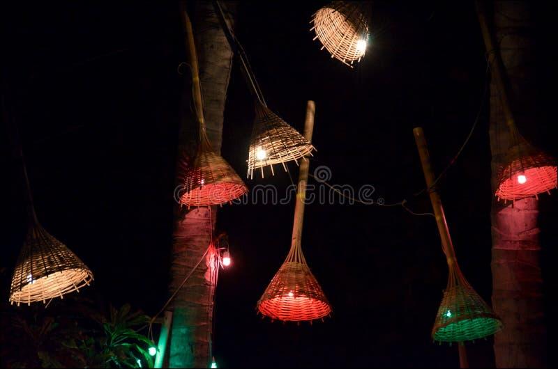 Las lámparas de mimbre iluminan una barra tropical en la noche fotos de archivo libres de regalías
