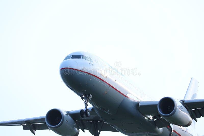 Las líneas aéreas egeas acepillan el vuelo a los destinos del día de fiesta, opinión del primer el equipo de la cabina fotografía de archivo