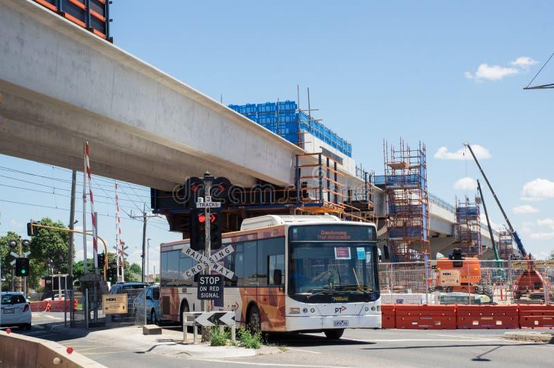 Las líneas de autobús de Ventura cercan el autobús del reemplazo con barandilla en el camino del centro en Clayton South foto de archivo