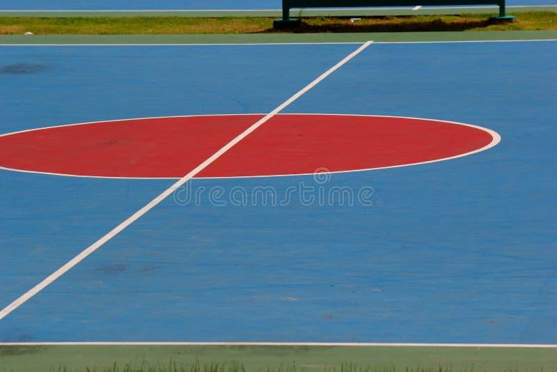 Las líneas de frente de la cancha de básquet.