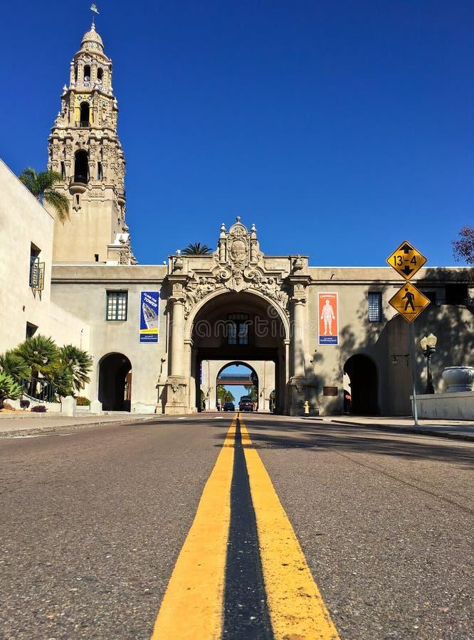 Las líneas principales de la calle a la entrada del balboa parquean, San Diego, California imágenes de archivo libres de regalías