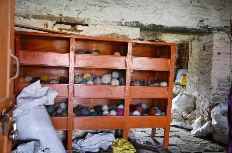 Las lanas almacenan en campamentos de refugiados tibetanos en Pokhara Nepal imagenes de archivo