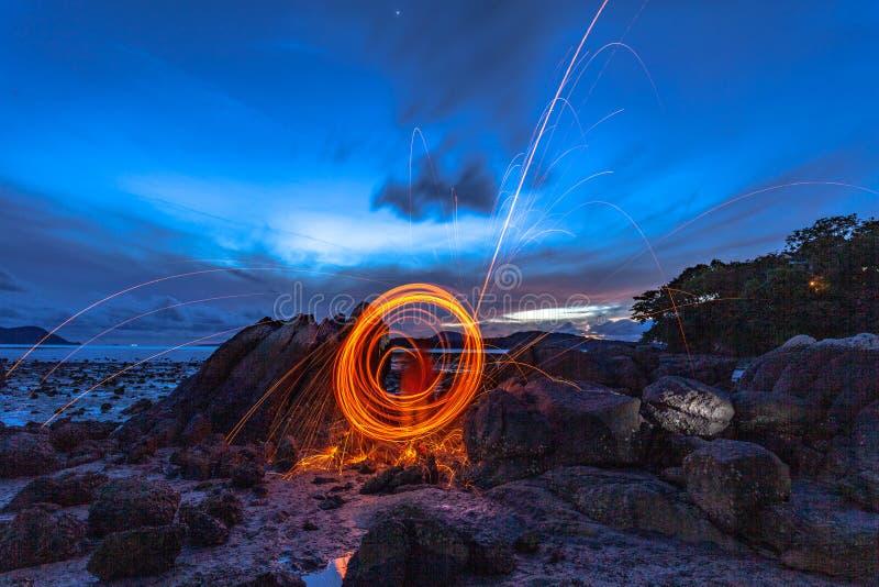 las lanas de acero encienden el trabajo en la roca fotos de archivo