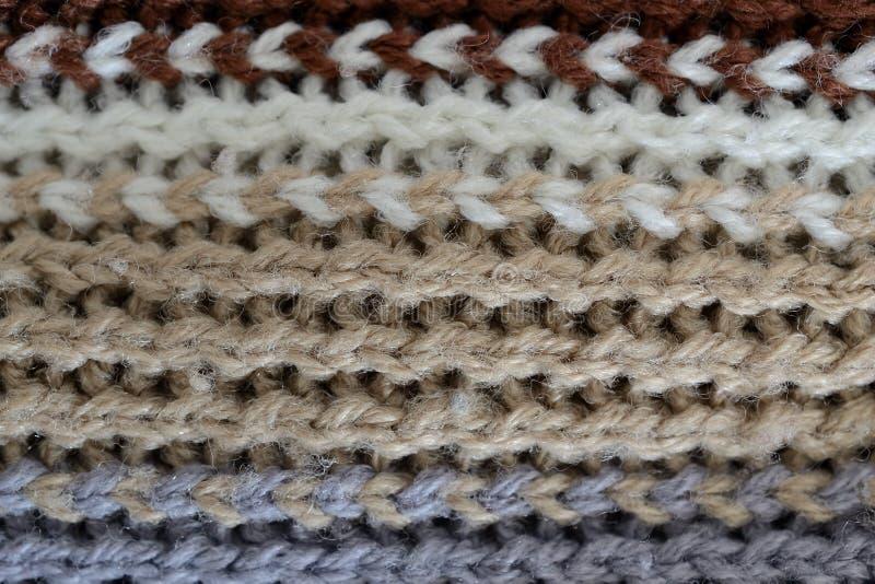 Las lanas texturizan, las líneas horizontales del blanco, del marrón, grises y negras foto de archivo