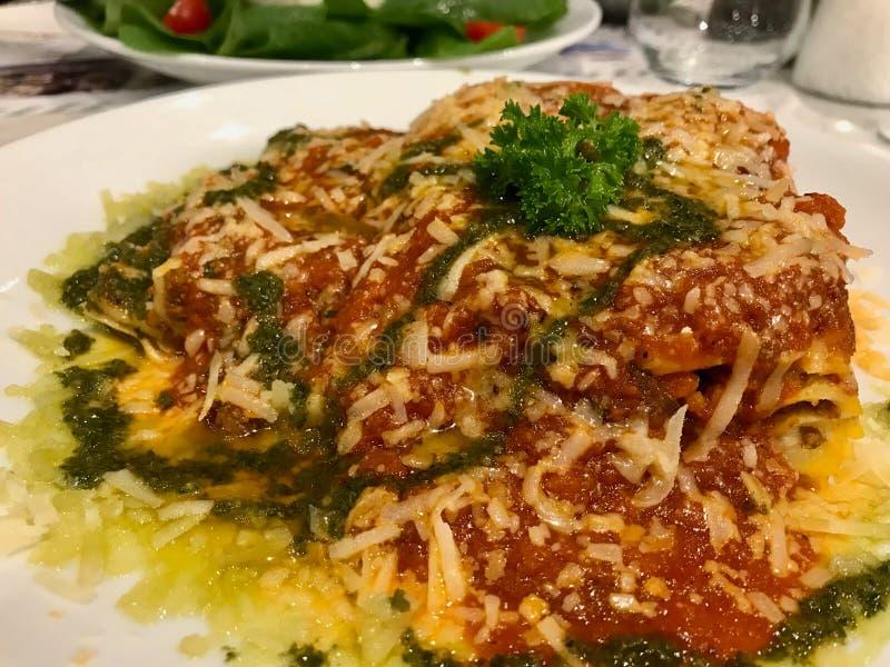 Las lasañas tradicionales de la carne picadita con boloñés y la salsa del Pesto sirvieron en el restaurante fotografía de archivo libre de regalías