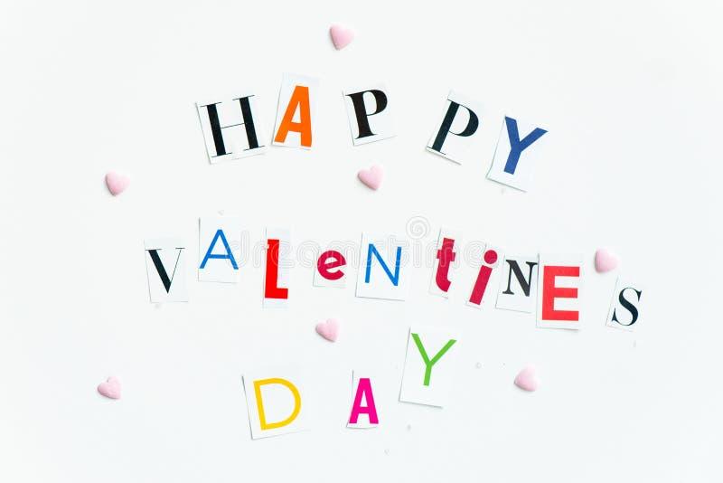 Las letras de día felices de las tarjetas del día de San Valentín cortaron de las revistas imagen de archivo libre de regalías