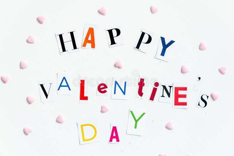 Las letras de día felices de las tarjetas del día de San Valentín cortaron de las revistas imagen de archivo