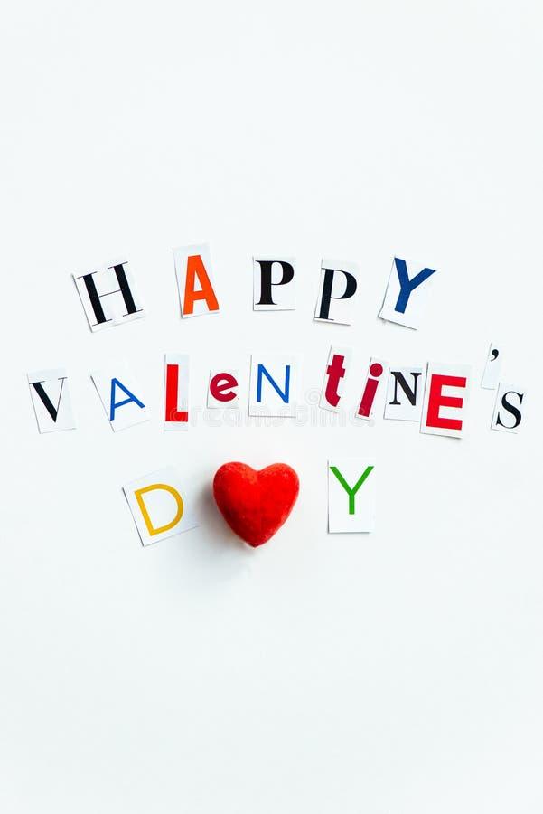 Las letras de día felices de las tarjetas del día de San Valentín cortaron de las revistas foto de archivo