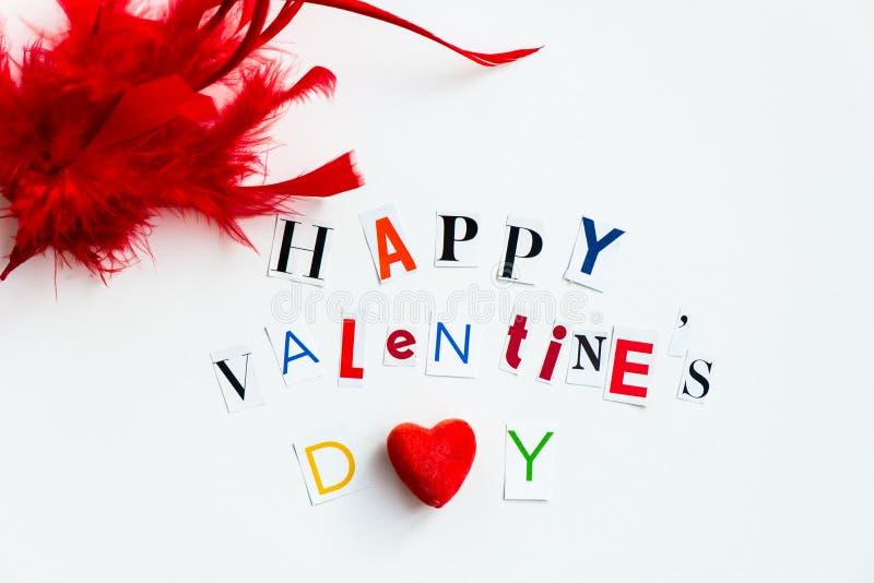 Las letras de día felices de las tarjetas del día de San Valentín cortaron de las revistas fotografía de archivo