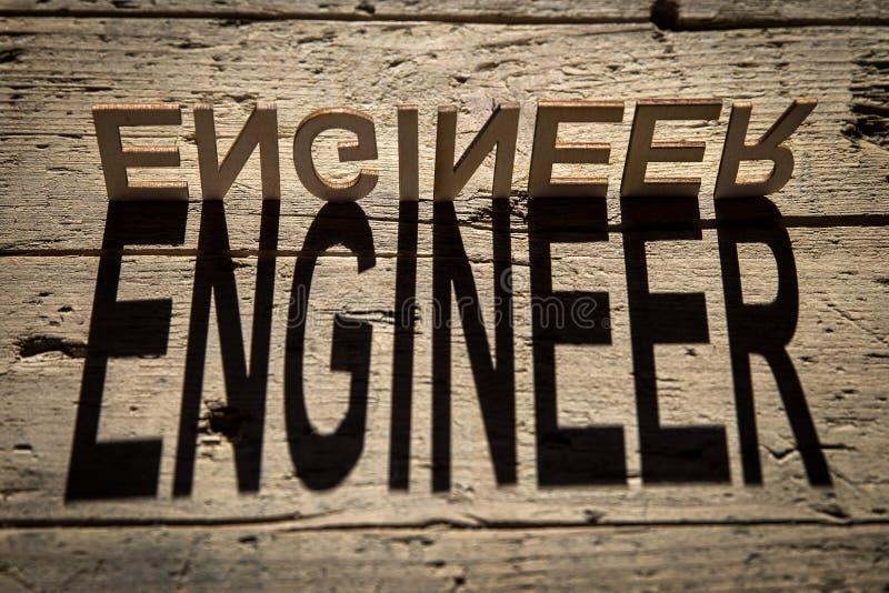 Las letras de madera construyen al ingeniero de la palabra imagenes de archivo