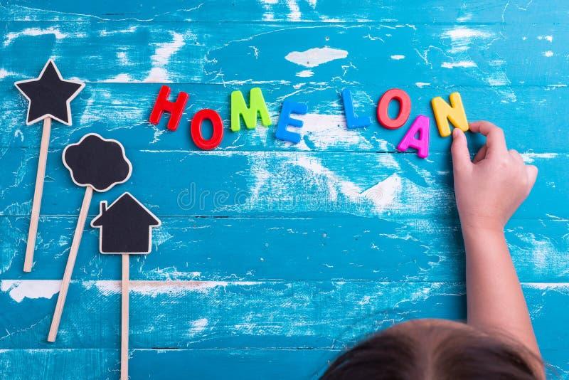 Las letras plásticas del juego de niños a las combinaciones redactan préstamo hipotecario imagen de archivo
