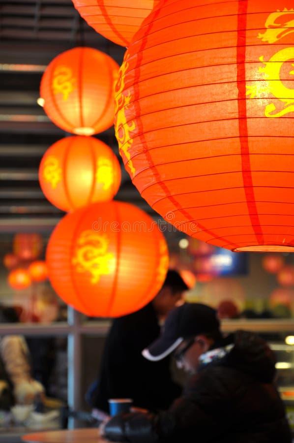 Las linternas chinas rojas están colgando en la tienda en Año Nuevo chino fotografía de archivo