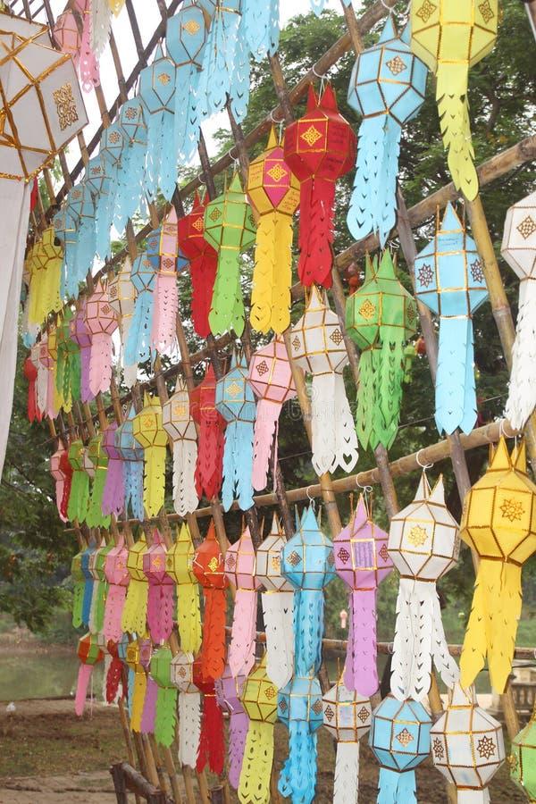 Las linternas de papel coloridas en el estilo tradicional de septentrional en Tailandia adornaron en templo budista fotografía de archivo libre de regalías