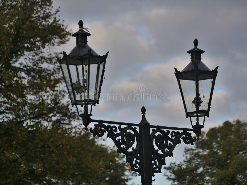 Las linternas viejas del gas en Kaiserswerth Alemania mantuvieron bien y todavía utilizaron, un cielo nublado fotos de archivo libres de regalías