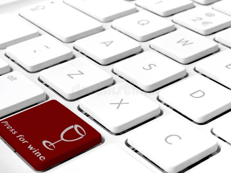 Las llaves blancas del teclado se cierran para arriba con la prensa de la llave del rojo de vino para el vino foto de archivo libre de regalías