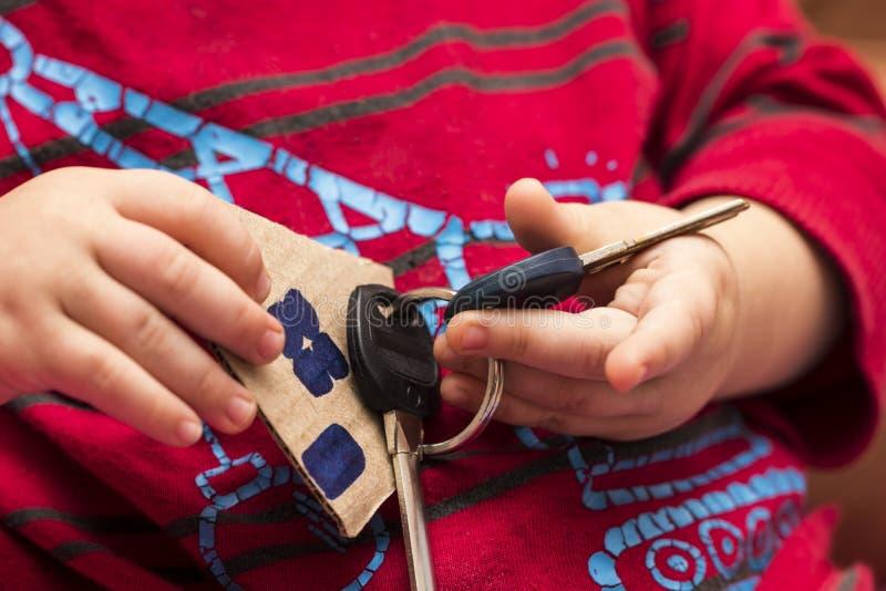 Las llaves de la casa en manos del ` s de los niños imagen de archivo libre de regalías