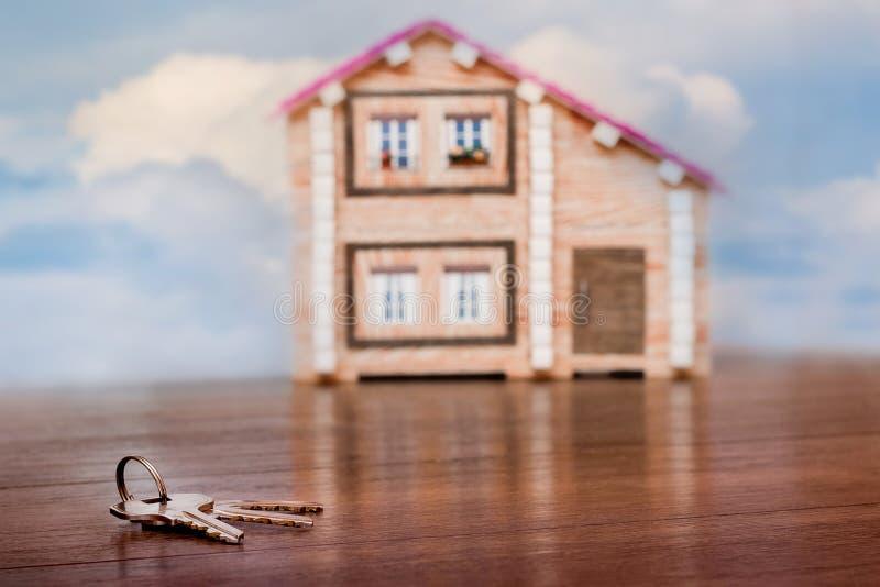 Las llaves mienten cerca de un nuevo hogar Claves del hogar Venta y compra del estate_ real fotos de archivo