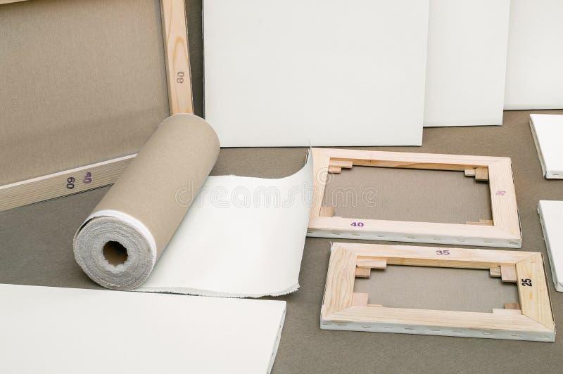 Las lonas y la lona blancas vacías del pintor ruedan - programa de los pintores imágenes de archivo libres de regalías