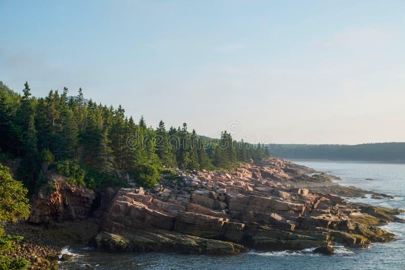 Las losas rosadas del granito alinean la línea de la playa rugosa en Maine foto de archivo libre de regalías