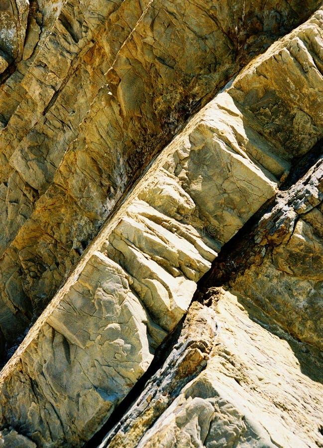 Las losas verticales gruesas curvy dobladas de la roca encontraron en la costa costa de California fotografía de archivo libre de regalías