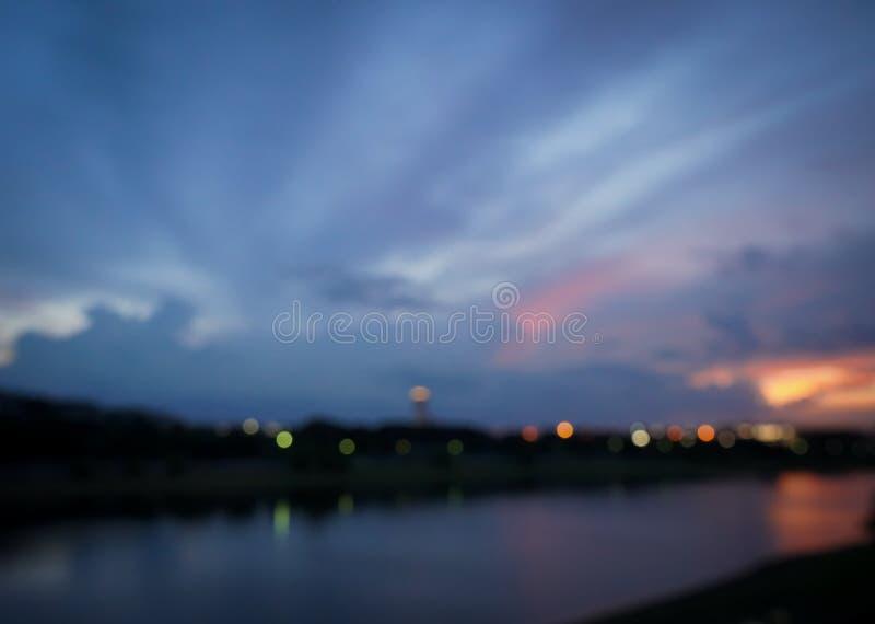 Las luces borrosas resumen la ciudad en la noche con color negro azul marino fotografía de archivo