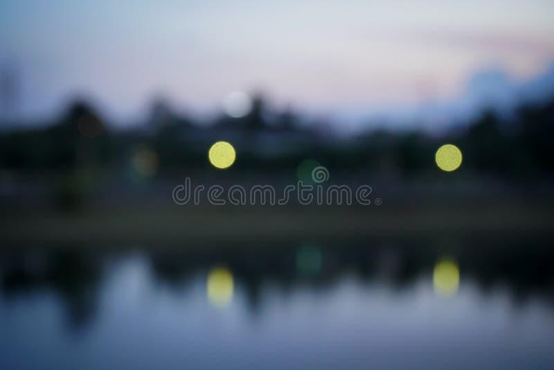 Las luces borrosas resumen la ciudad en la noche con color negro azul marino imagen de archivo libre de regalías