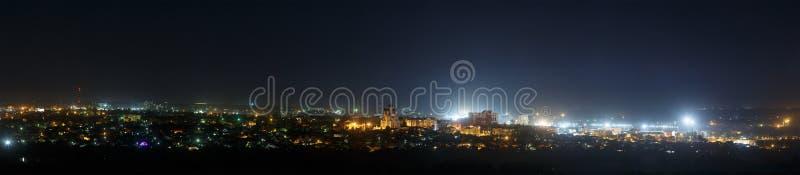 Las luces brillantes de las calles de la ciudad imagenes de archivo