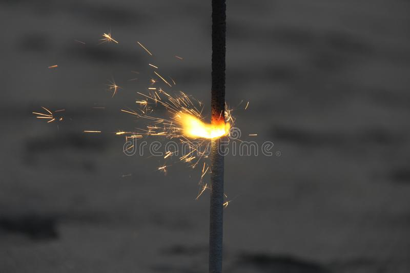 Las luces de Bengala grandes están quemando en la playa, contra la perspectiva del mar Fondo romántico de la noche fotos de archivo libres de regalías