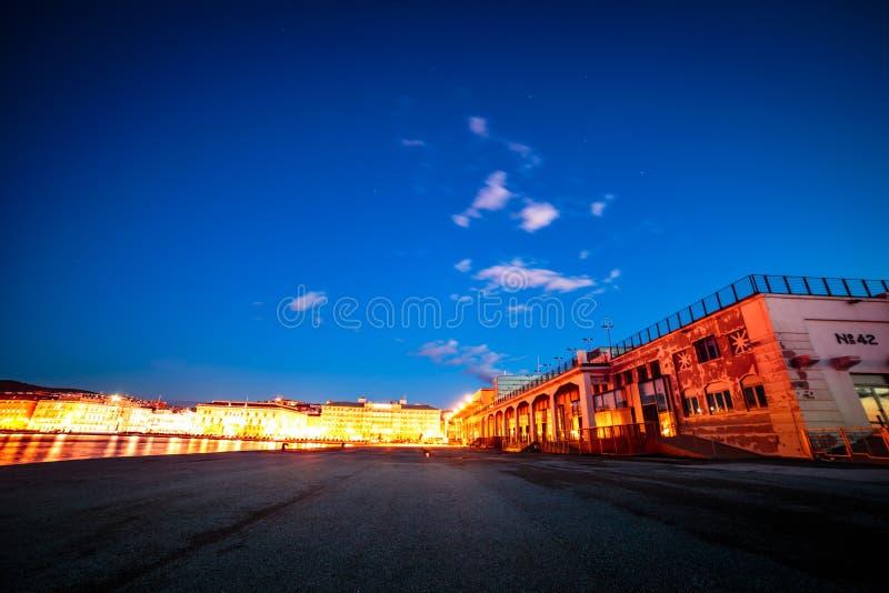 Las luces de la ciudad de Trieste imagen de archivo libre de regalías