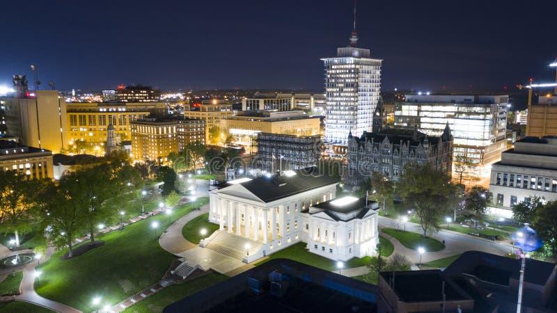 Las luces de la noche iluminan el Statehouse de Virgina en Richmond Virginia céntrico fotografía de archivo libre de regalías