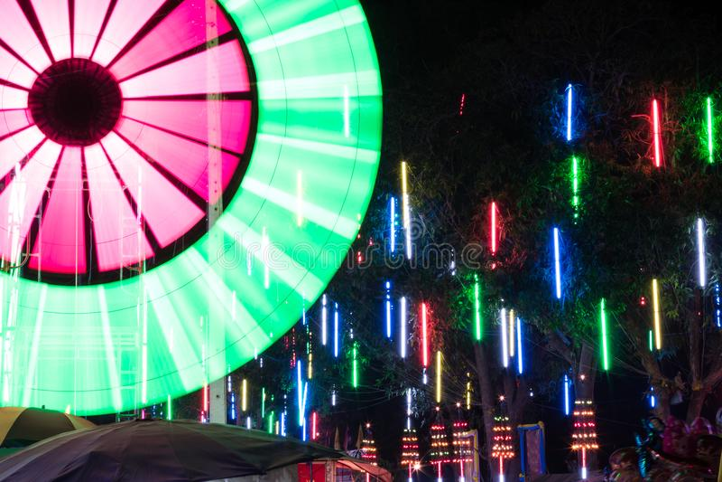 Las luces de neón coloridas adornan imágenes de archivo libres de regalías