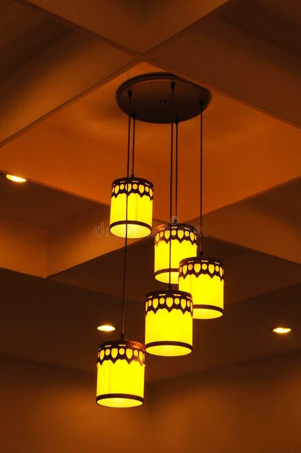 Las luces de oro pendientes imagen de archivo