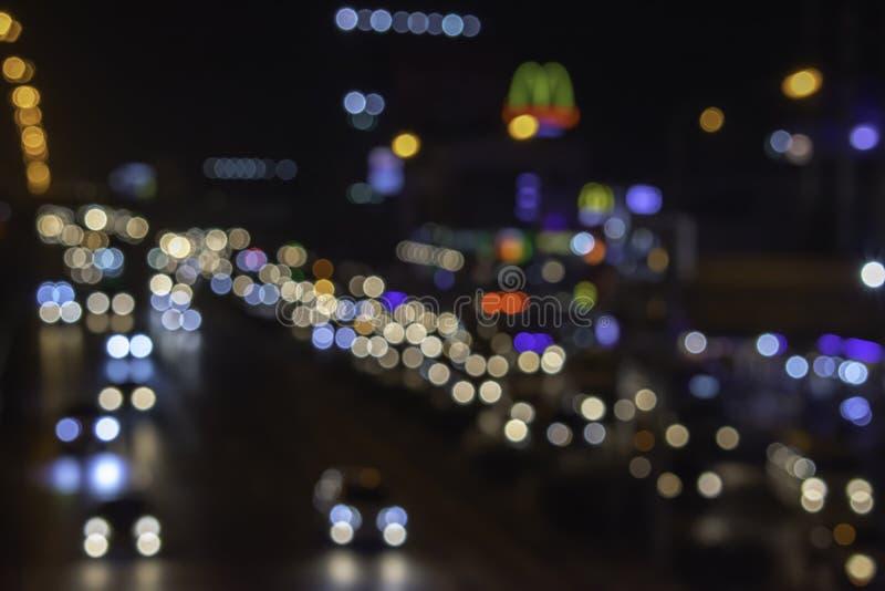 Las luces empa?aron luces de coches en el camino usado como fondo fotografía de archivo