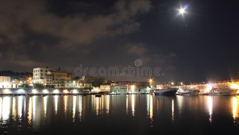 Las luces en la noche Granatello, Portici, Italia imagen de archivo