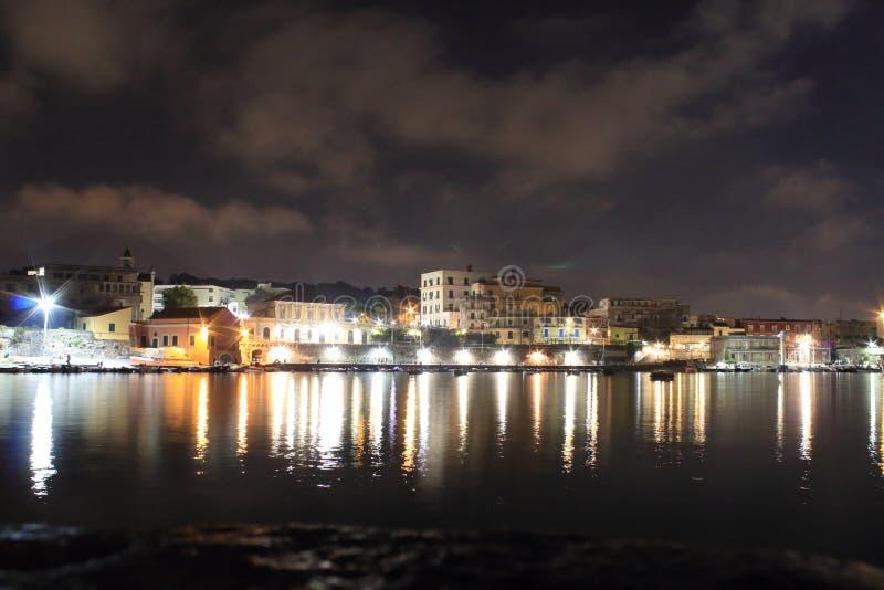 Las luces en la noche Granatello, Portici, Italia imágenes de archivo libres de regalías