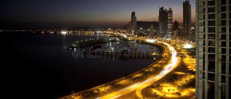 Las luces entran encendido en ciudad del ¡de Panamà fotografía de archivo libre de regalías