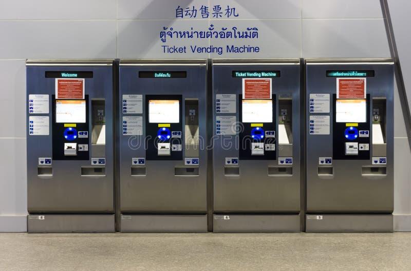 Las máquinas automáticas del vendedor del boleto de tren se colocan solamente fotos de archivo