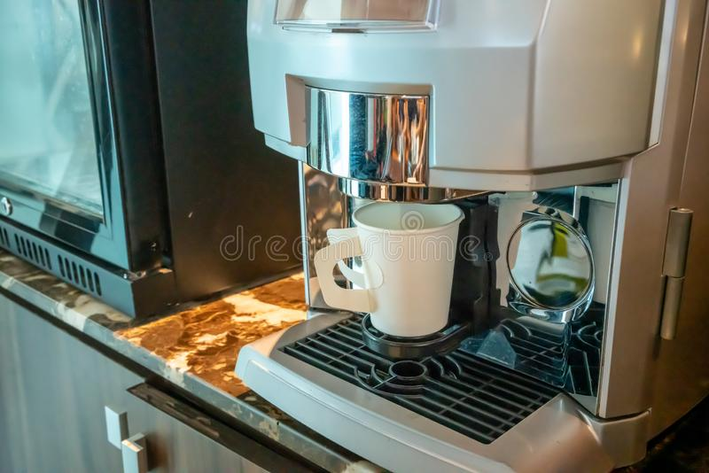 Las máquinas del café ofrecen el café constante, de la calidad en hotel, el club de deporte o la oficina foto de archivo libre de regalías