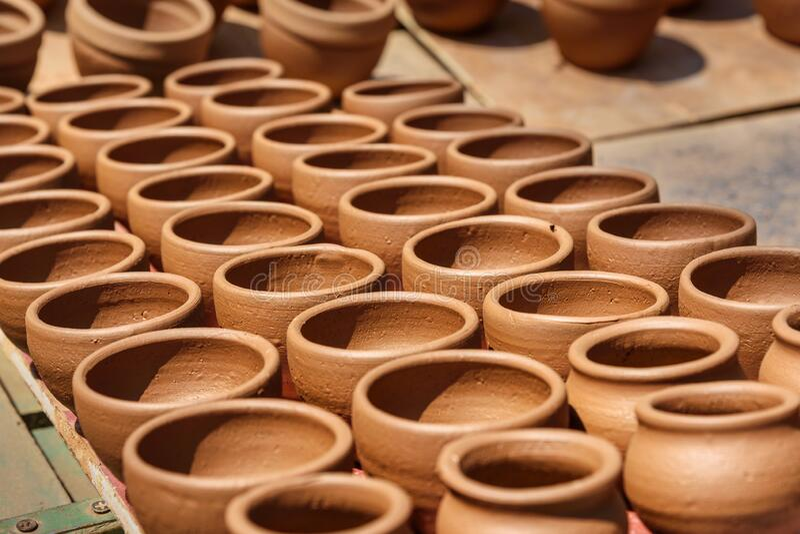 Las macetas de arcilla en la ciudad de la cerámica es un lugar antiguo en Bangalore India foto de archivo